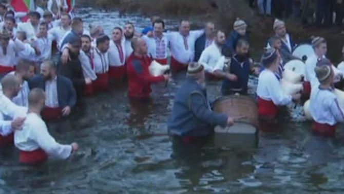 Въпреки пандемията се изви традиционното мъжко хоро в Калофер за Богоявление