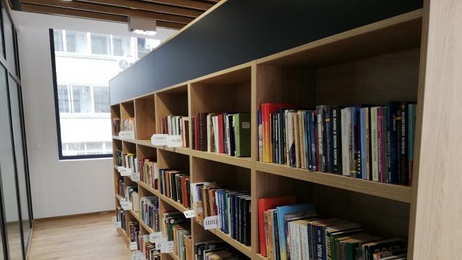 Близо 10 000 книги вече са подредени в новата библиотека в Бургас