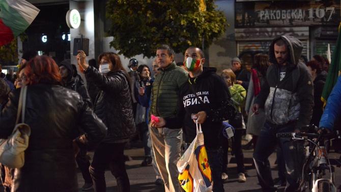 Протестиращи блокираха движението пред МС, спретнаха си и нов екшън пред централата на ВМРО