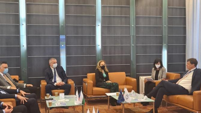 Марияна Николова инспектира спазват ли се мерките на летището във Варна
