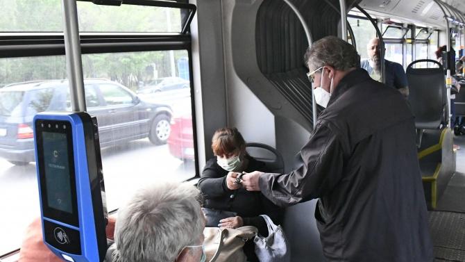 Пътниците, които използват годишни карти за обществения транспорт вече могат