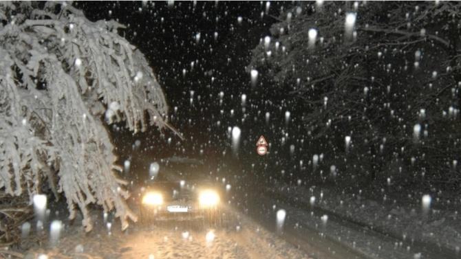 "Сняг заваля на ""Петрохан"", жълт код за валежи днес"