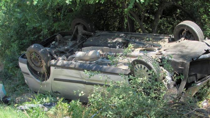 Кола се преобърна по таван в прохода Петрохан
