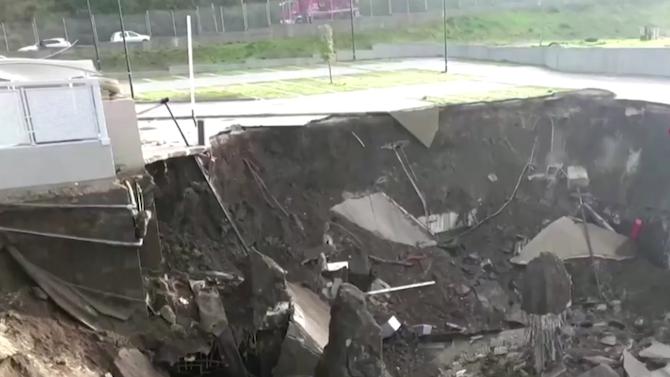 Огромен кратер се отвори на паркинг на болница в Неапол.