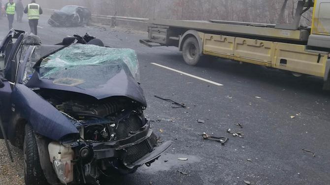 Свиреп челен удар между две коли налага временно да бъде