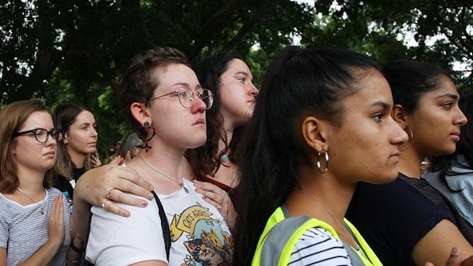 Във Франция отдадоха почит на жертвите на домашно, сексистко и сексуално насилие
