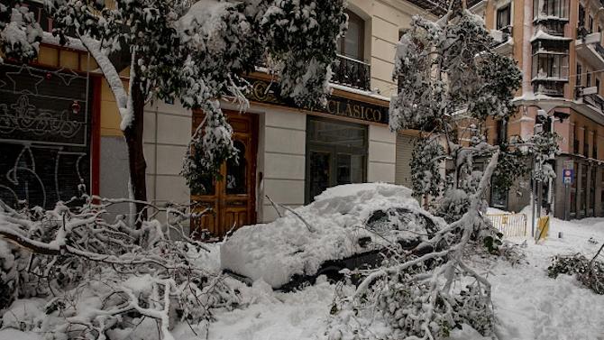Бурята Филомена блокира 90 души в мол в Испания