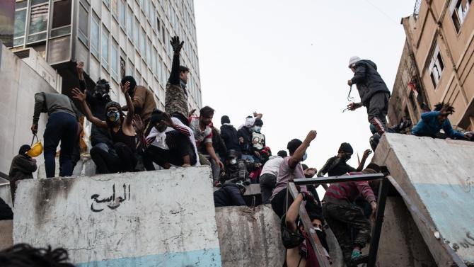 Протест в Ирак - десетки хора са ранени, един полицай е убит