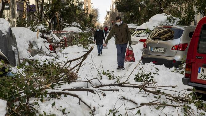 Централна Испания остава парализирана от снежната буря