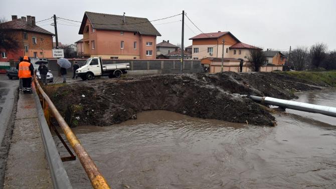 Пороен дъжд наводни дворове в софийското с. Мрамор