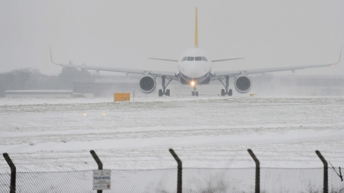 "Мадридското летище ""Барахас"" нормализира дейността си след снеговалежите"
