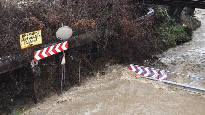 Река отнесе джип на черен път край симитлийско село