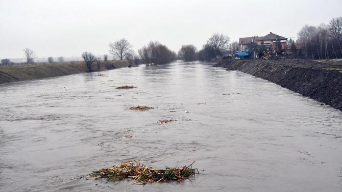 Три реки в Костинброд преляха, общината е пред бедствено положение