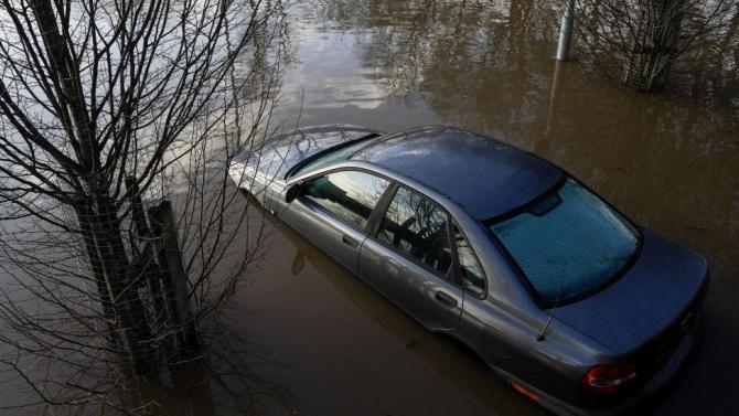Целите Балкани удавени от дъжд и сняг