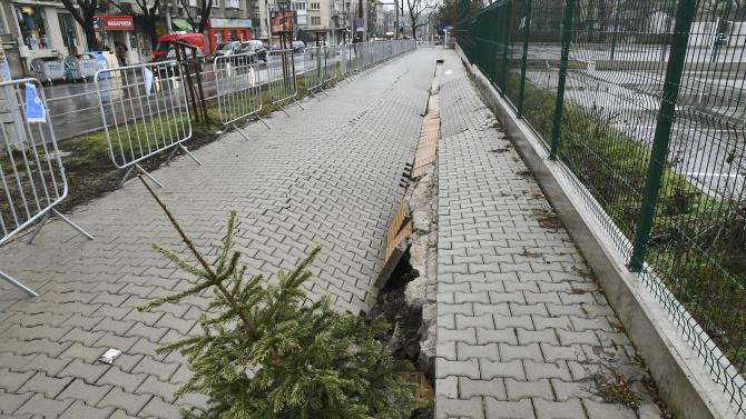 Пропадна тротоар над новото метро в София