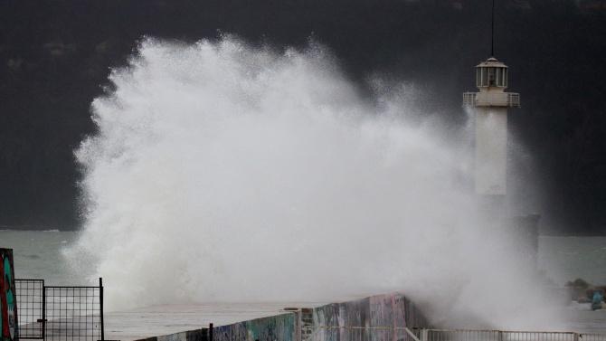 Силен вятър и големи вълни във Варна