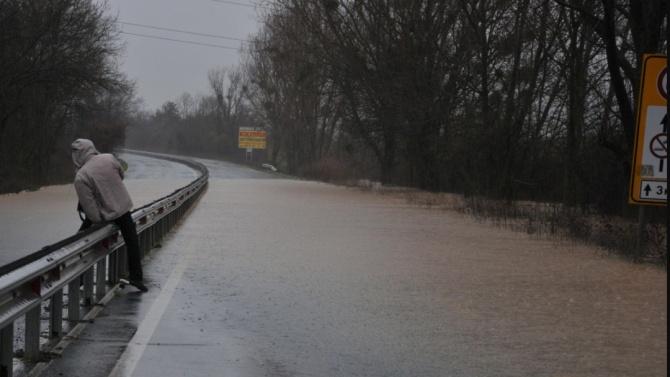 Подпомагат засегнатите от наводненията