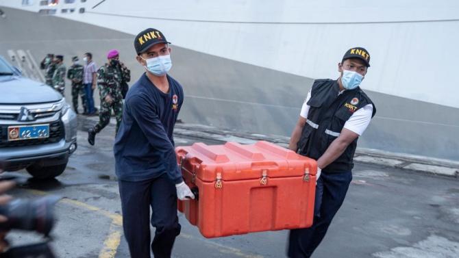 Водолази извадиха черна кутия на падналия край Индонезия самолет