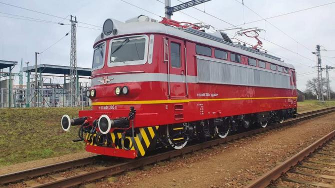 Изцяло обновеният електрически локомотив 44 205 вече обслужва бързи влакове