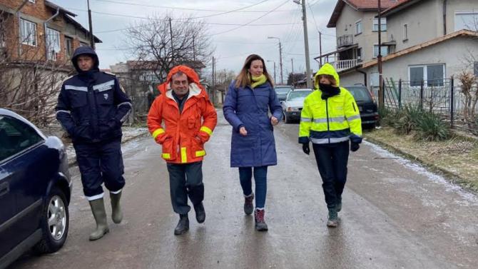 Фандъкова провери засегнатите от наводнението райони и нареди да започнат огледи за щети