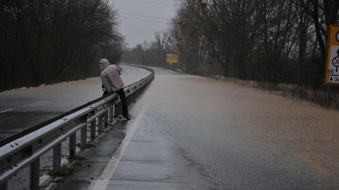 Река Велека преля, затвориха пътя Ахтопол - Резово