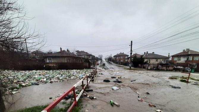 След наводнението, дойдоха и боклуците...