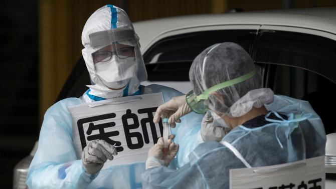 Двама експерти от мисията на СЗО в Ухан все още са в Сингапур