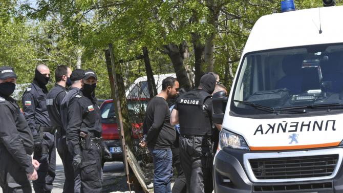 Арестуваха метежниците, изпотрошили къщата на задържания за убийството на дете в Мездра