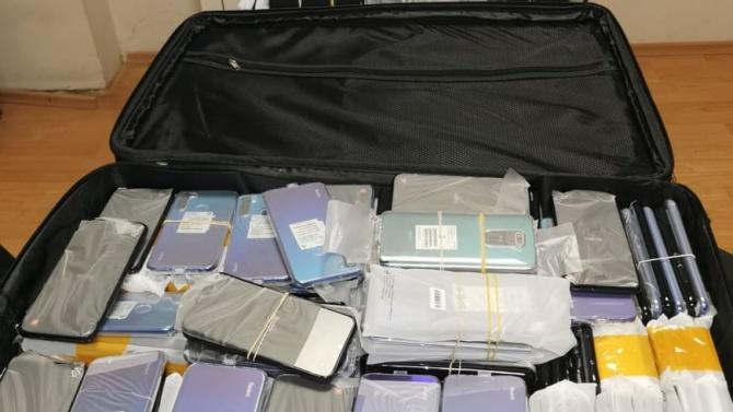 Митничари заловиха голяма пратка с недекларирани мобилни телефони