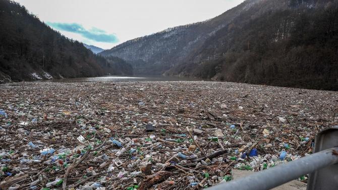 Тонове боклуци задръстиха река Искър край Своге