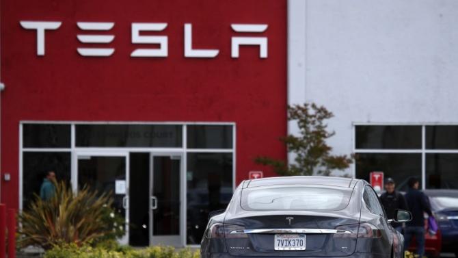 """""""Тесла"""" трябва да изтегли от пазара 158 000 електормoбили Model S и X"""