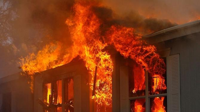 Пожар унищожи стотици домове в лагер за бежанци рохинги в Бангладеш