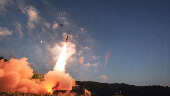 КНДР се похвали с балистични ракети с подводно базиране на военен парад в Пхенян