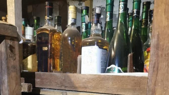 Митнически служители откриха близо 626 литра нелегален алкохол в частен