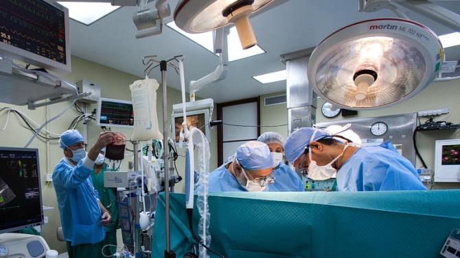 Присадиха две ръце и две рамена на пациент по време на операция във Франция