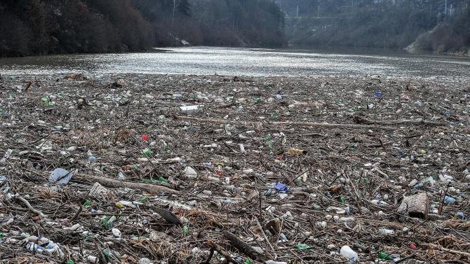 Започва прокурорска проверка за боклука в река Искър край Своге