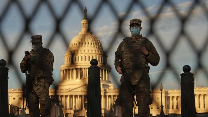Полицаи, военни: вътрешният враг в сърцето на Капитолия