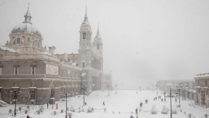 Училищата в Мадрид призоваха родителите за помощ в разчистването на леда