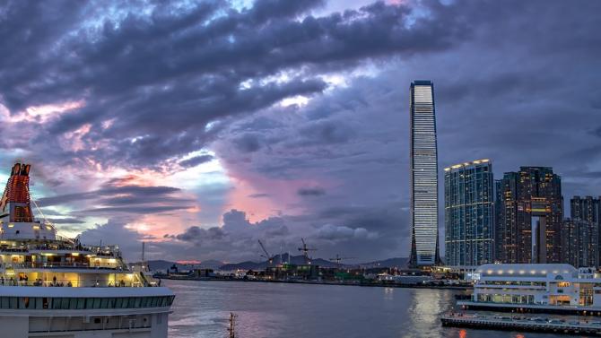 Параплегик изкачи с инвалидна количка небостъргач в Хонконг