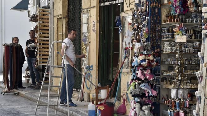 Магазините в Гърция работят отново от днес