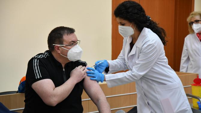 Проф. Ангелов се реимунизира срещу COVID-19 и заяви: Няма никаква болка!