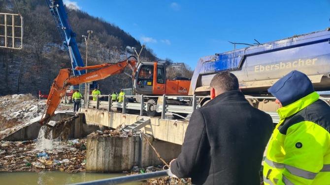 Чистят плаващите отпадъци при ВЕЦ-Своге, Илиан Тодоров с инспекция на място