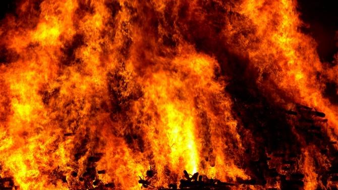 Мъж е с изгаряния, опитал сам да гаси пожар в гараж