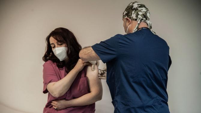 Осигурена е втората доза ваксина за имунизираните през декември медици от Търговищко