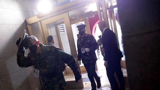 Евакуираха Капитолия заради заплахи, над сградата се носеше дим
