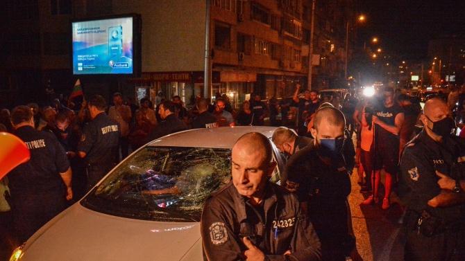 Съдят двама, изпотрошили колата на жена с деца при протест пред Румънското посолство