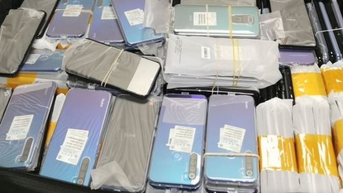 Контрабандисти укриха по телата си нелегални смартфони, митничари ги погнаха