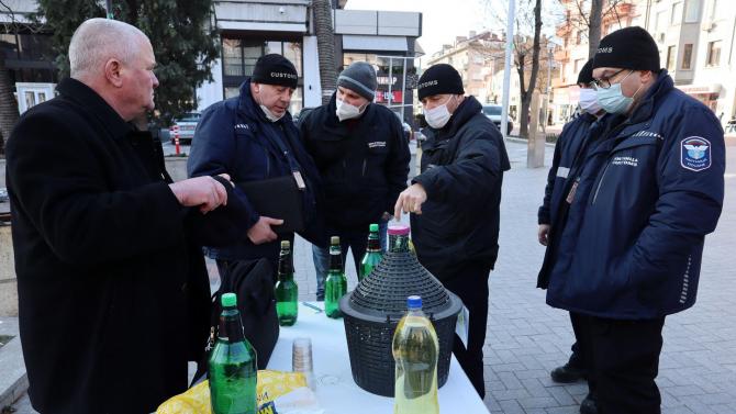 Росен Марков черпи с ракия варненци срещу COVID-19, но дойдоха митничарите