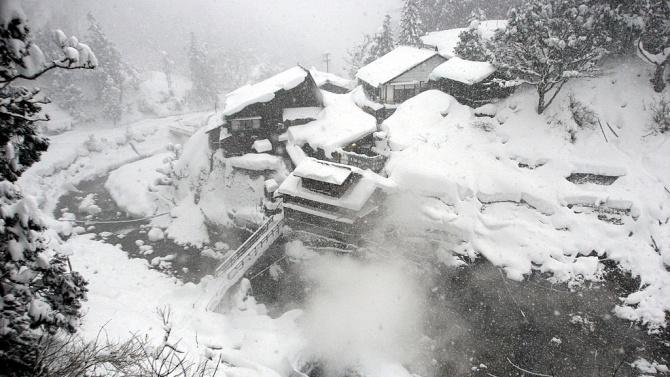 Над 60 души са загинали в Япония при разчистване на затрупани от сняг къщи