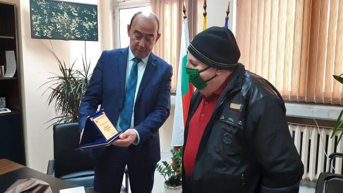 Зам.-кметът на Асеновград връчи подарък на първата столетница за годината